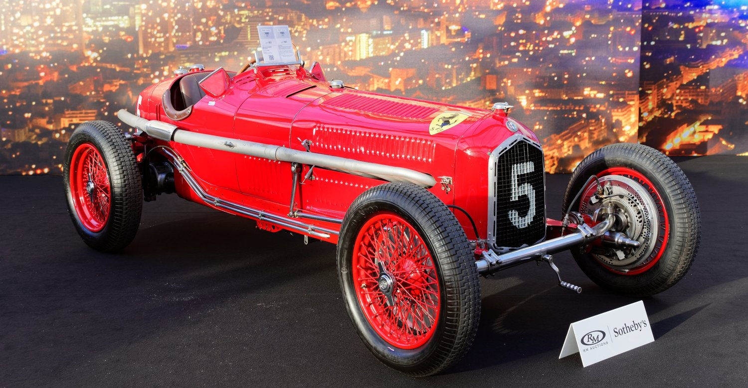 A 1934 Scuderia Ferrari Alfa Romeo Tipo featuring both the Alfa Romeo and prancing horse logos. Image: Thesupermat [ CC BY-SA 4.0 ], from Wikimedia Commons