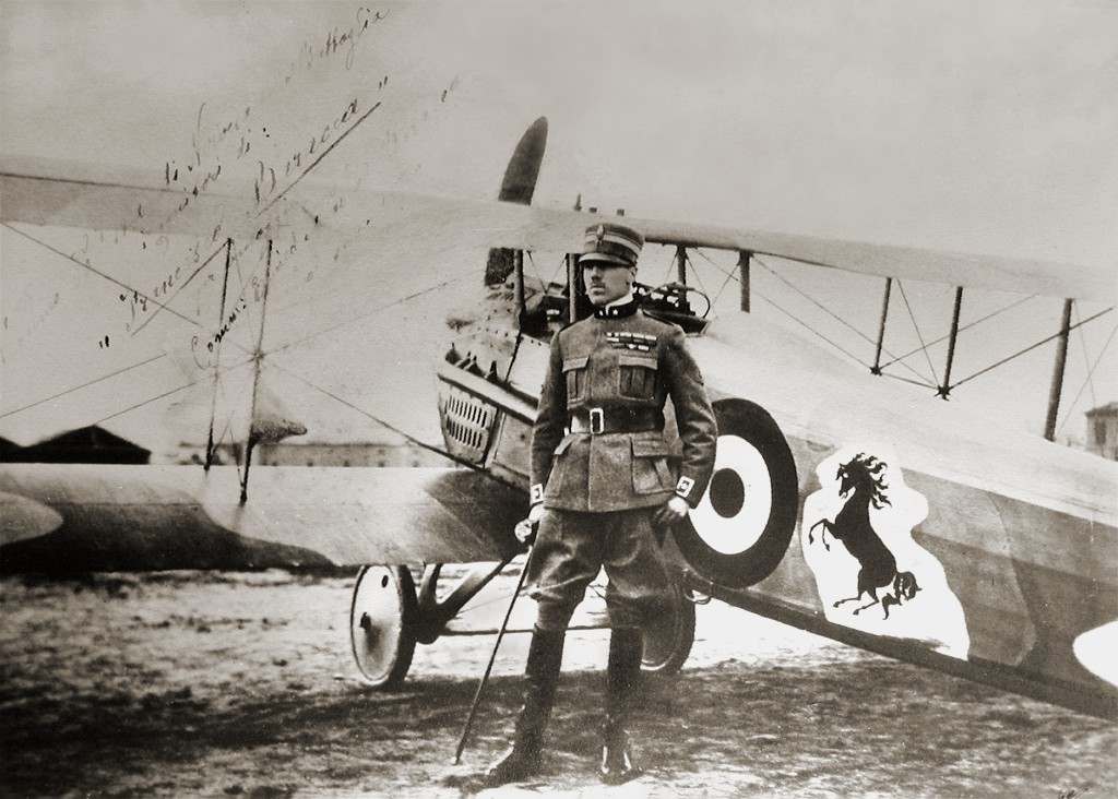 Francesco Baracca stands beside his SPAD S.XIII biplane adorned with the prancing horse from the Piemonte Reale Cavalleria coat of arms. Image: Public domain, via Wikimedia Commons