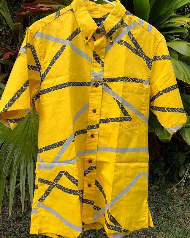 mahalo iā Sig Zane (@sigzanedesigns) i ke kākoʻo ʻana mai i ke Kūkālā Hāmau o ka ʻAha Aloha ʻŌlelo. E naue mai i Hale Hālāwai ma ka Poʻaono, 1/26, mai ka hola 9am-1:30pm e koho ai i kāu mau koho. . Hilo - Palaka Aloha Kāne (lōpū) ————— mahalo to Sig Zane (@sigzanedesigns) for your generous donation to ʻAha Aloha ʻŌlelo's Silent Auction. Come down to Hale Hālāwai on Saturday, 1/26, between 9am-1:30pm to place your bids. . Hilo Braid - Menʻs Aloha Shirt (size Medium) . #ʻAhaAlohaʻŌlelo #ʻAAʻŌKūkālāHāmau