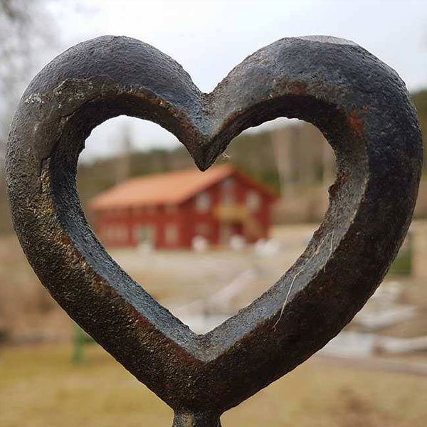 Tantrisk parkurs - Lär dig hur du kan komma riktigt och smälta samman med din partner. Grunden är förstås att upptäcka kärleken inuti dig själv först. För att ni ska känna djup kärlek till varandra behöver ni också upptäcka kärleken i er själva.Det här är tantrakursen för par som exklusivt vill jobba med varandra på kursen och för er som vill utveckla relationen genom att gå från tonårssex till ett verkligt vuxet möte med din partner.Se kursdatum för Tantrisk parkurs