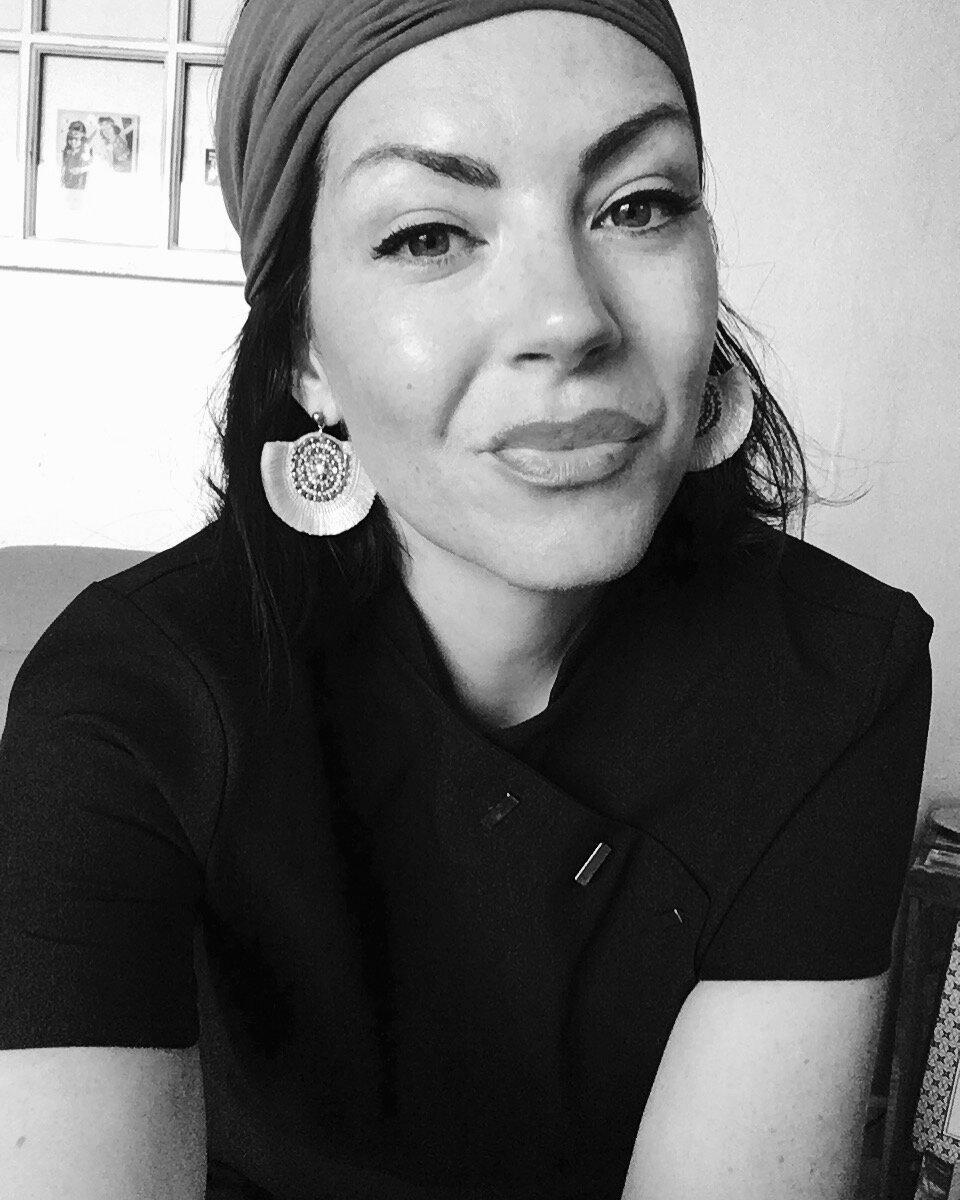 Vanessa - Professionnelle de l'esthétisme formée aux dernières innovations du maquillage permanent et spécialiste de la micro pigmentation , je vous propose différentes techniques adaptées à chacune d'entre vous !Ma priorité, vous recevoir dans des conditions d'hygiène irréprochable et vous offrir des prestations haut de gamme pour votre visage Sourcils réalistes ou poudrés , Bouche Glamour , Tâches de Rousseur et Eye Liner !