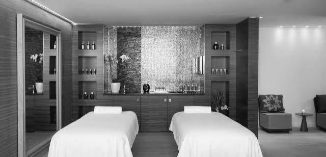 spa by clarins - Dans un décor revisitant les traditionnels bassins et lavoirs provençaux, le SPA by Clarins offre une plongée relaxante et régénératrice dans le chaleureux et sensuel univers aquatique méditerranéen.Cinq cabines de soins – dont une double – piscine intérieure, douches sensorielles, saunas (dont un infrarouge), hammams, espaces de repos intérieur et extérieur, solarium, spacieuse salle de fitness : il offre 1 000 m2 de détente physique et spirituelle dans une bulle reposante aux tonalités provençales.