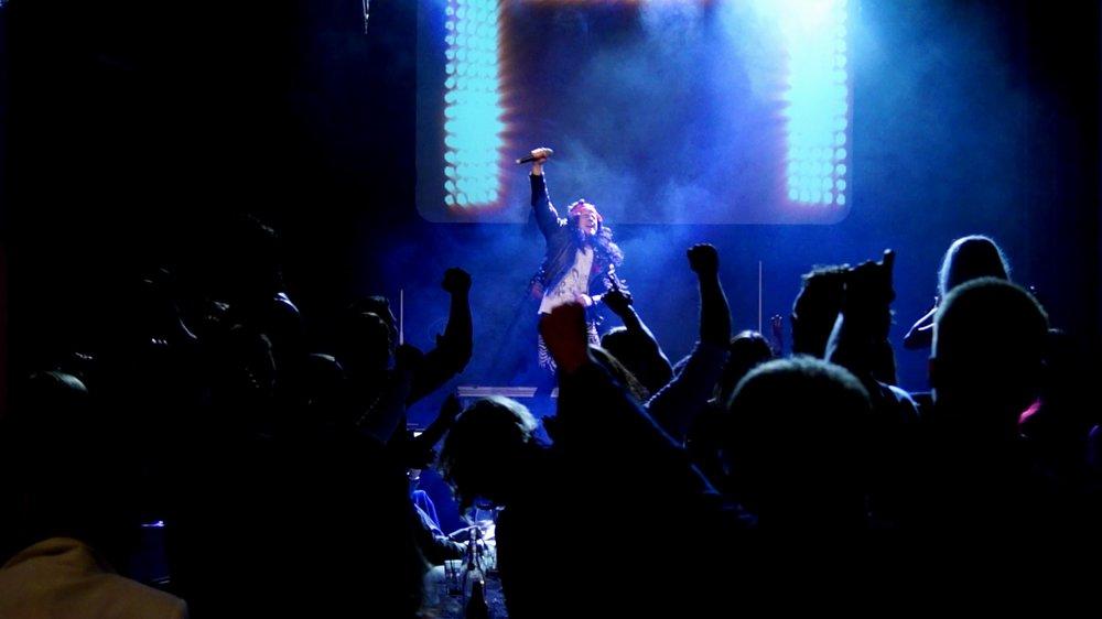 - deSHOW är vår krogshow i miniformat som passar sällskap på upp till 400 personer. Showen framförs av två artister, håller ett högt tempo, är ca 50 minuter lång och uppdelad i tre akter. Direkt efter den stora rock-finalen fortsätter kvällen på dansgolvet med DJ som levererar riktigt sköna floorfillers ända in på småtimmarna om så önskas!Vi erbjuder komplett ljud/ljus-rigg ifall er det inte redan finns på plats i den tilltänkta festlokalen.