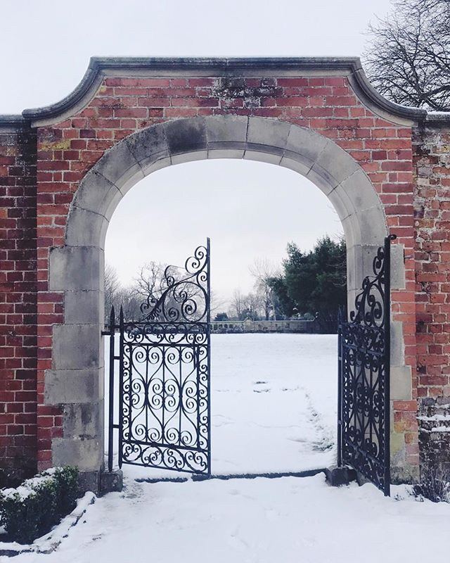 Needless to say, this is NOT my garden gate...❄️😂 Enjoyed a little walk in the snow yesterday morning to drift slowly into February. I've been seeing a lot of 'we survived January' posts, and frankly I can totally relate! 🙈 I took a bit of an unplanned break from posting on Instagram and my blog towards the end of Jan, when I was feeling a little dry of inspiration. Luckily, I was working on some fun projects for new clients - which definitely helped me to rediscover! It goes to show that finding like-minded people gives you a new approach to look at and reminds you of what you really love doing. 😌⠀ ⠀ Let's see what's in store for February together and keep working towards our goals, even when we're lacking in motivation or ideas! It's all part of the creative process to come back re-energised and fresh. 💕
