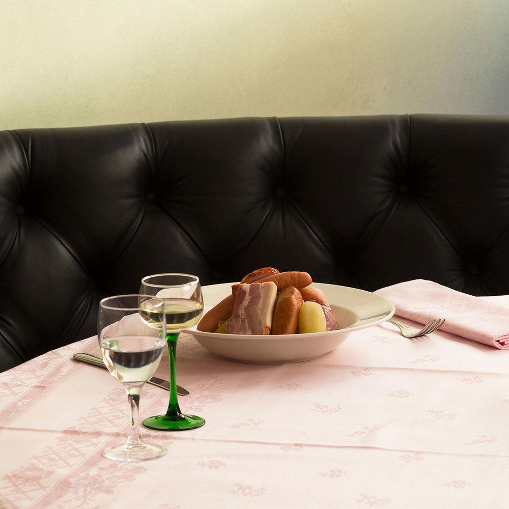 Menu - Fidèle à la tradition de la brasserie historique, nous proposons pour les déjeuners et diners un large choix de plats incontournables.