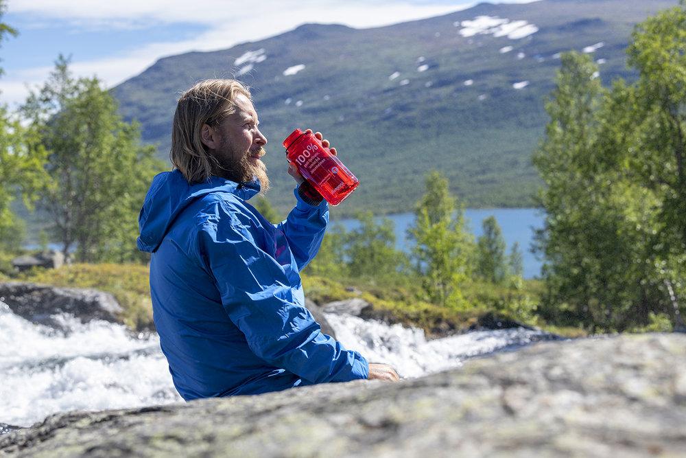 UREIST: Transport av flaskevann gir enorme klimautslipp - i bekken er verdens beste vann attpåtil gratis. Foto: Hans Kristian Krogh-Hanssen/Bergans