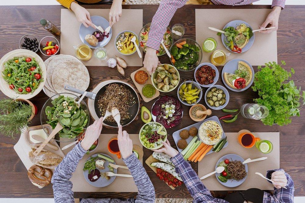"""- Les """"apprentis"""" Chef Marco maîtrisent en 3 mois la cuisine sans viande (mais avec gourmandise !) : idéal pour les omnivores qui ne savent pas comment manger moins de viande, les flexitariens et végétariens qui veulent un shot d'inspiration et rééquilibrer leurs repas.- Livraison d'une large sélection de protéines végétales différentes en début de programme (de quoi remplacer la viande dans 12 repas pour 2 personnes)- Des recettes simples et de saison- Recettes, conseils nutrition, et défis à recevoir chaque semaine par mail"""