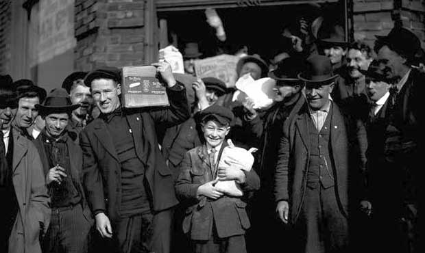 General-Strike-men-and-boys-carrying-groceries-Feb-7-1919_MOHAI_620.jpg
