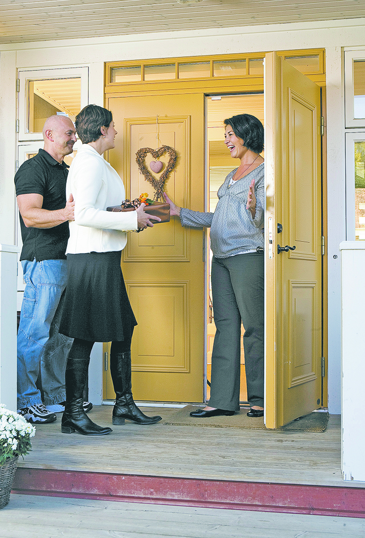 - Ytterdörren är husets ansikte utåt och säger mycket om de människor som bor i huset. Den ska också fylla alla kvalitets- och trygghetskrav som finns på marknaden. Håller dörren hög standard kan du ha glädje av den i många år framöver. Att välja ytterdörr är med andra ord något som kräver en del övervägning. Foto: Leksandsdörren