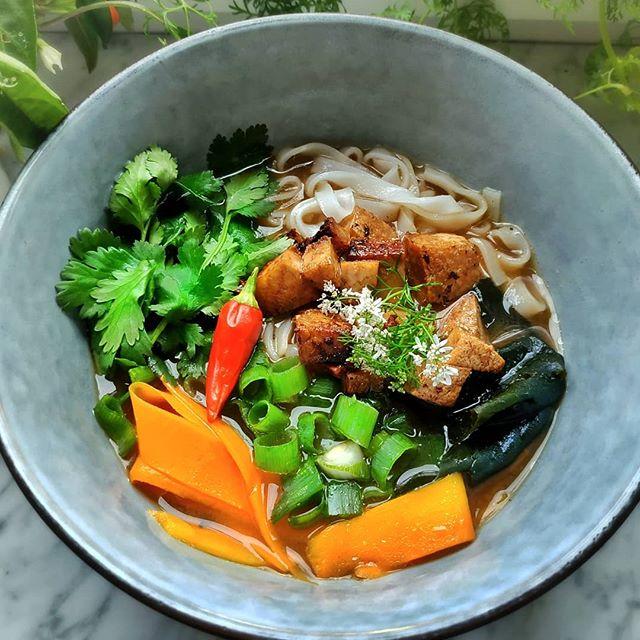 Draußen ist es kalt und ungemütlich - perfektes Suppenwetter! Habe Mal wieder vegane Pho gemacht. Die Brühe basiert auf einer selbstgemachten Gemüsebouillon, die ich aus sauberen Gemüseabfällen (Schalen von Zwiebeln, Möhren, Sellerie) mit Sternanis, Chili, Limettensaft, Kardamom, einem Lorbeerblatt, Zimt und Nelken. Wakamealgen, Möhren, Reisnudeln, Frühlingszwiebeln, gebratener Tofu und Koriander bilden die Suppeneinlage. Momentan meine absolute Lieblingssuppe- welche esst ihr am liebsten? . . . . . . . . . . . . . . . . . . . . . . . . . . . . . . . . . . . . . . . . . . . . . . #veganpho #nutritionist #dietician #ernährungsberatung #ernährungsberaterin #ernährungswissenschaft #gesundessen #gesundleben #healthylifestyle#vegan #whatveganseat #veganfood #veganfoodspot #veganfoodshare #vegansofinstagram #veganrecipeshare #highcarbvegan  #govegan#poweredbyplants #thenewhealthy #fitnessfood #nourishyourbody #buddhabowl #foodphotography #foodstyling  #beautifulcuisines #organicfood #eatlocal #localfood #seasonalfood