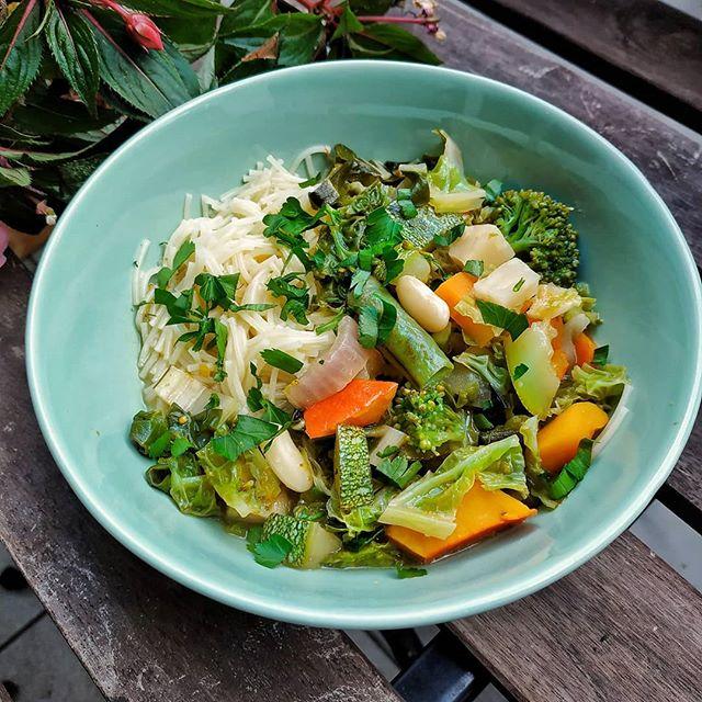 Hallo ihr Lieben,  heute war es Mal wieder richtig kalt und windig und ich hatte ordentlich Gemüse übrig: die besten Vorraussetzungen um einen leckeren Eintopf zu kochen. Ich mache Eintöpfe eigentlich nie nach Rezept, sondern kombiniere meist Gemüsereste, die ich noch im Kühlschrank habe. Allerdings empfiehlt es sich auch etwas klassisches Suppengemüse (Möhren, Sellerie, Lauch) zu nutzen. Das ist geschmacklich nie verkehrt. Das Suppengemüse schmore ich erstmal mit Knoblauch, Zwiebeln, Salz und Majoran an, lösche es anschließend mit Wein oder Zitronensaft ab. Anschließend habe ich heute Kürbis, Brokkoli, Bohnen, Wirsing, Zucchini und Mangold hinzugefügt und das ganze mit Senf, Essig und einen Lorbeerblatt gewürzt. Dazu gab's ein paar Suppennudeln.  Seid ihr auch so große Eintopfliebhaber wie ich? . . . . . . . . . . . . . . . . . . . . . #soup #soulfood #nutritionist #dietician #ernährungsberatung #ernährungsberaterin #ernährungswissenschaft #gesundessen #gesundleben #healthylifestyle#vegan #whatveganseat #veganfood #veganfoodspot #veganfoodshare #vegansofinstagram #veganrecipeshare #highcarbvegan #veganbowl #govegan#poweredbyplants #thenewhealthy  #nourishyourbody #foodphotography #foodstyling  #inmykitchen #beautifulcuisines #organicfood  #localfood #seasonalfood