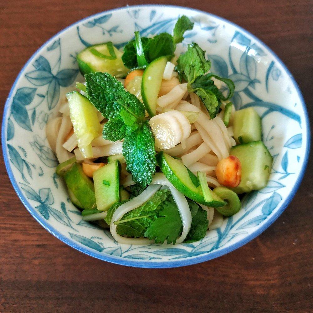 Reisnudelsalat mit Gurke, Tofu und Erdnüssen