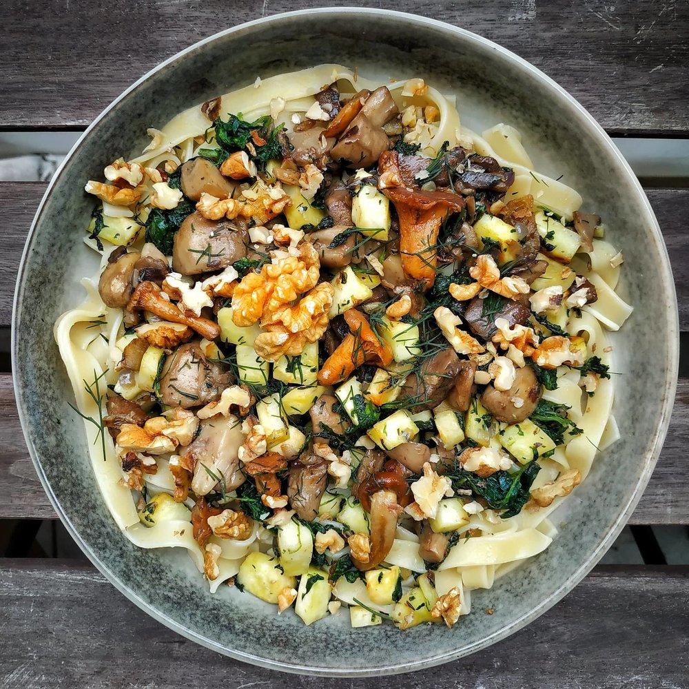 tagliatelle mit Walnüssen Pilzen und pastinake