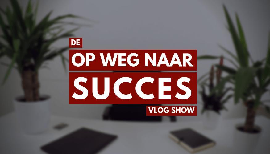 Het op weg naar succes show logo met een vage witte ruimte op de achtergrond met twee planten, een lamp en bureautafel