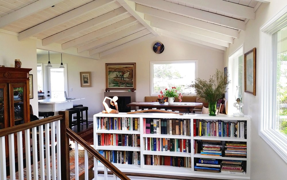 1-ceiling-vaulted-beamed-banister-bookcase-carawan-dee.jpg