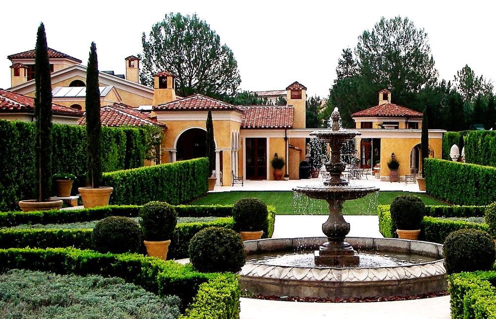 2-fountain-exterior-hedges-carawan-dee.jpg