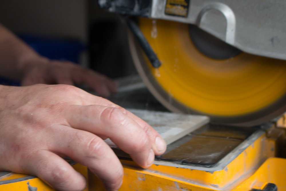 We recommend using a wet saw with a diamond tipped blade edge for optimal cutting results.