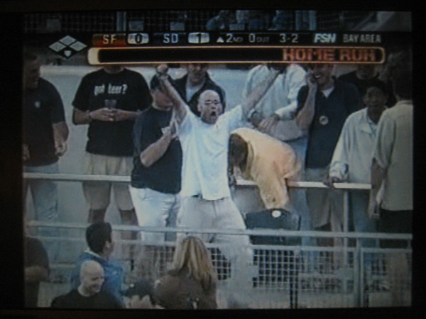 moments after catching Barry Bonds' 724th career home run