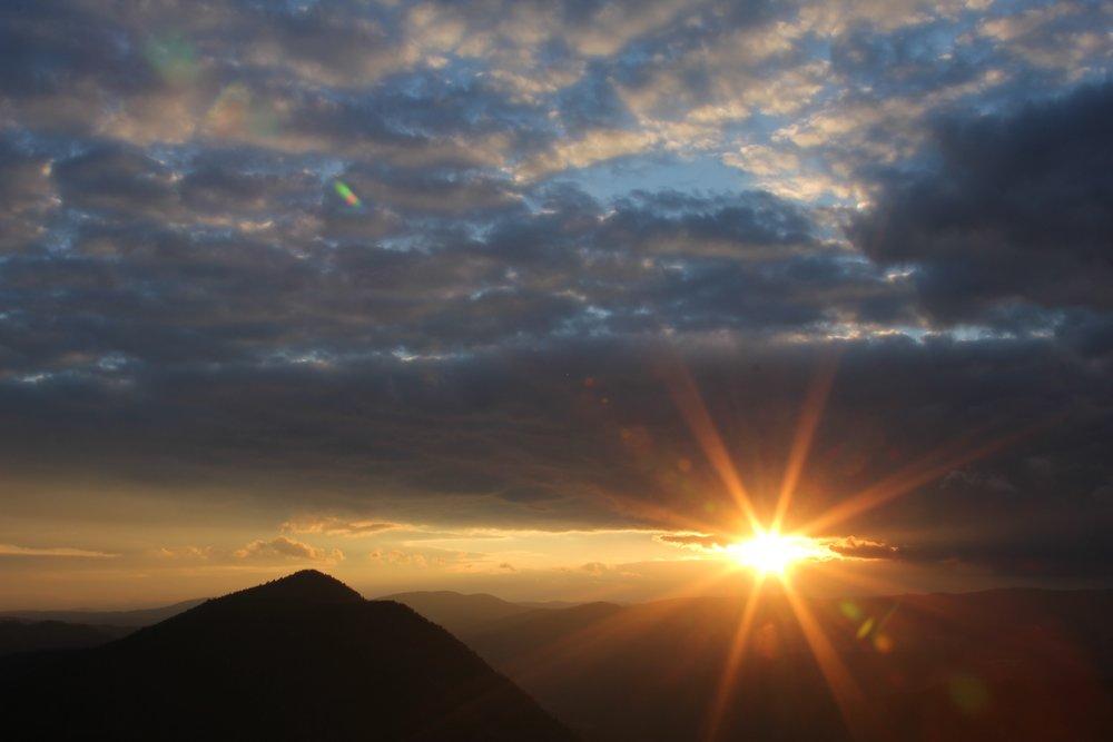 sunburst-sunrise-mountain-peak-clouds-southloop-phototour-bulgaria-barb-2016-IMG9244.jpg