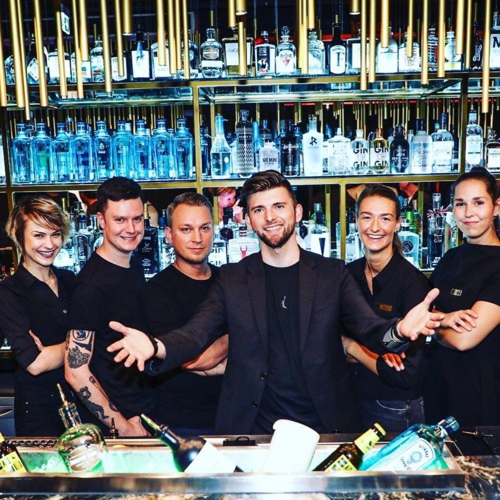 HOUSE OF GIN - Die HOUSE OF GIN BAR in Berlin ist bekannt für ihr spezielles Wissen über jegliche Arten von Gin. Mit über 150 verschiedenen Gins aus aller Welt, verfügt die Bar über alles was ein Gin-Herz begehrt!