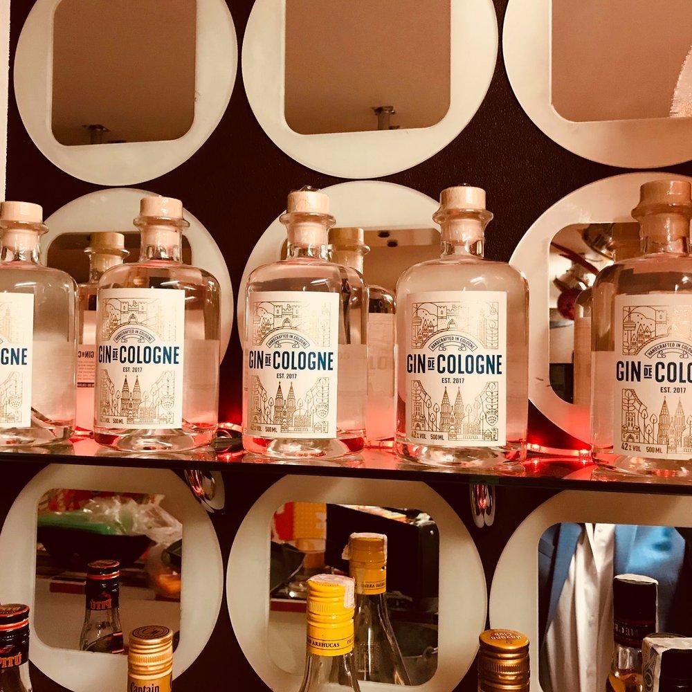 GIN DE COLOGNE - Der Gin de Cologne wird mit viel Liebe in Handarbeit in Köln-Ehrenfeld gebrannt. Die enthaltenen zwölf Botanicals geben dem Gin seinen einzigartig und sehr leckeren Geschmack.