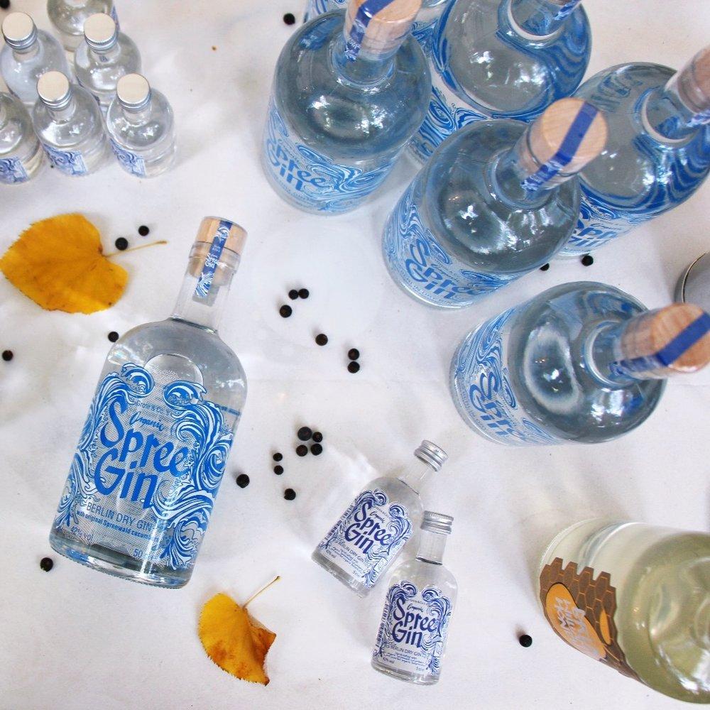 SPREE GIN - Spree Gin ist der Gin für Berlin, eine flüssige Liebeserklärung an die Stadt. Das Besondere: Alles ist Bio! Und der Gin wird sorgfältig von Hand in der ältesten Brennerei Europas destilliert