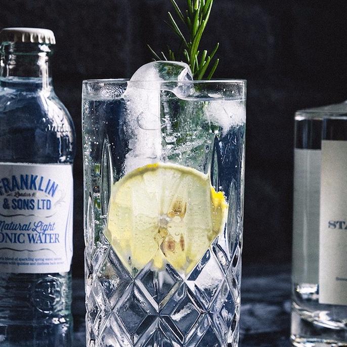 BOTTLEROCKET - Bottle Rocket Berlin ist der zuverlässige Lieferant für hochwertige Spirituosen und Softdrinks aus der Barszene. Besonders Gin und Tonic zählt zu den Hauptspirituosen.