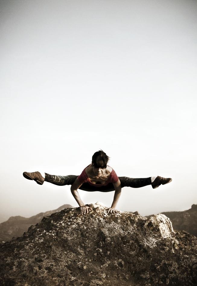 AKHILA TAPIA - Estudié teatro y gastronomía. Empecé mi camino espiritual a los 19 años con las enseñanzas del maestro Osho. Abrí el primer centro de meditación de Osho en México del 1996 al 2003. Me entrené en Poona, India como leader y terapeuta en meditaciones activas y terapia de Osho.Tengo un diplomado en aromaterapia. Aprendí reiki 1 y 2.Certificada por It´s yoga San Francisco en Ashtanga yoga desde 2002. Certificada por Melinda Merino y Yoga42 en hot yoga. RYT200. Práctica y enseña power, vinyasa flow, Vijnana, Ashtanga, rocket 1 y 2.Participo en la certificación para maestros en Esencia Yoga, San Miguel de Allende; 2015, 2016.