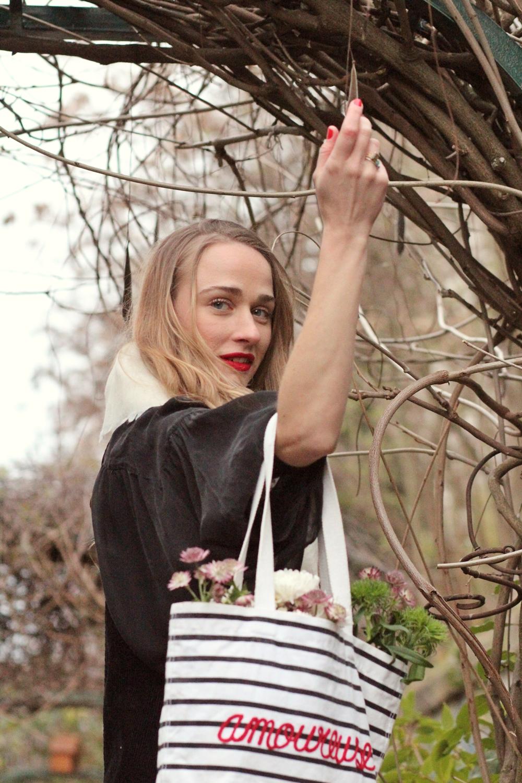 Femme fleurs parisienne mimosas sac mariniere