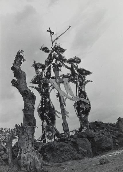 Cruce de Chalma (Cross of Chalma),  1942. Gelatin silver print. SBMA, Gift of Mr. Rudolph Demasi.