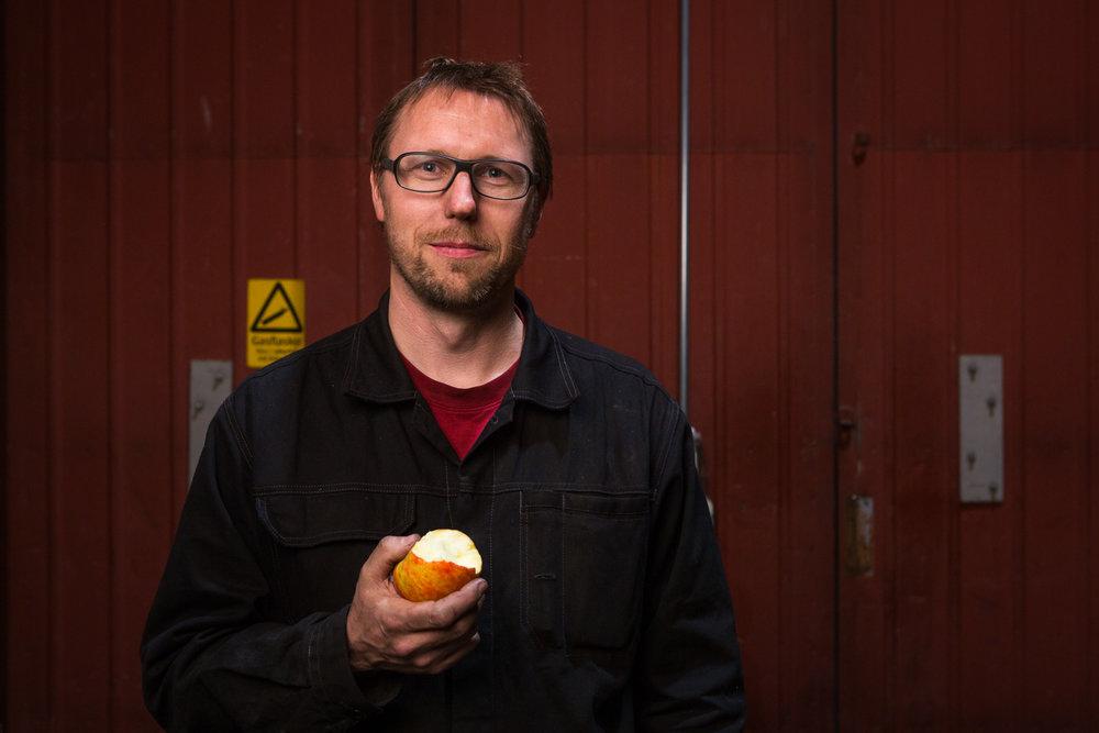 Porträtt med äpple i handen för Konten AB Göteborg