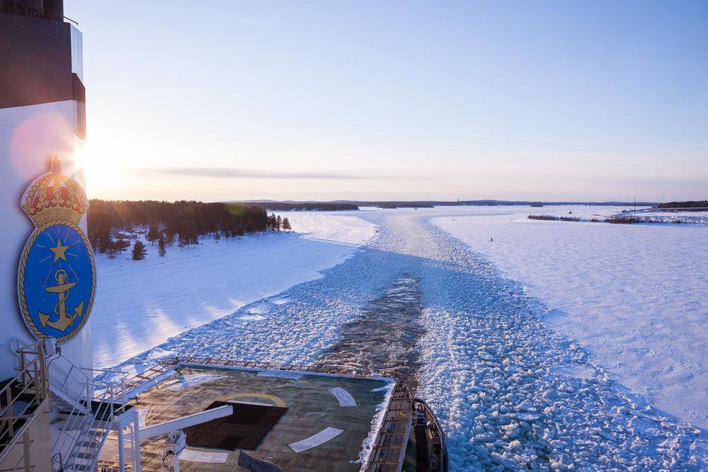 Isbrytaren Oden på väg ut genom Luleås skärgård