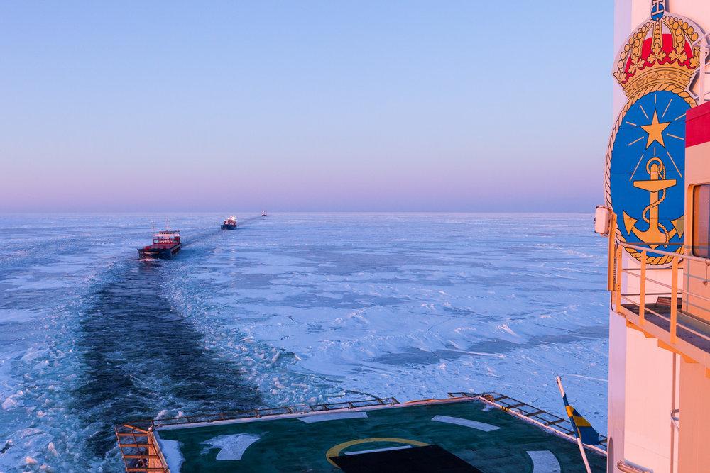 Konvoj med fartyg som assisteras av isbrytaren Oden