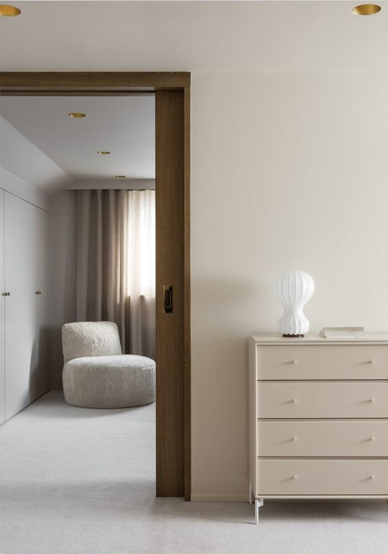 Wool Carpet from Louis de Poortere | Upholstered Armchair in Shearling and Dresser from Montana | Table Lamp Gatto from Flos | Curtains from Astrid | Recessed Lighting from Flos