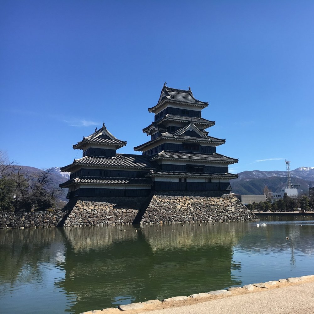 松本城(国宝) - 乗鞍高原より車で約1時間。 国宝「松本城」やレトロモダンな洋館が並ぶ 街歩きが楽しめる。歴史をきざん だ建造物が多く、城下町として栄えた頃の面影を色濃くとどめている。タイムスリップしたかのような和洋の町並みを散策しよう!