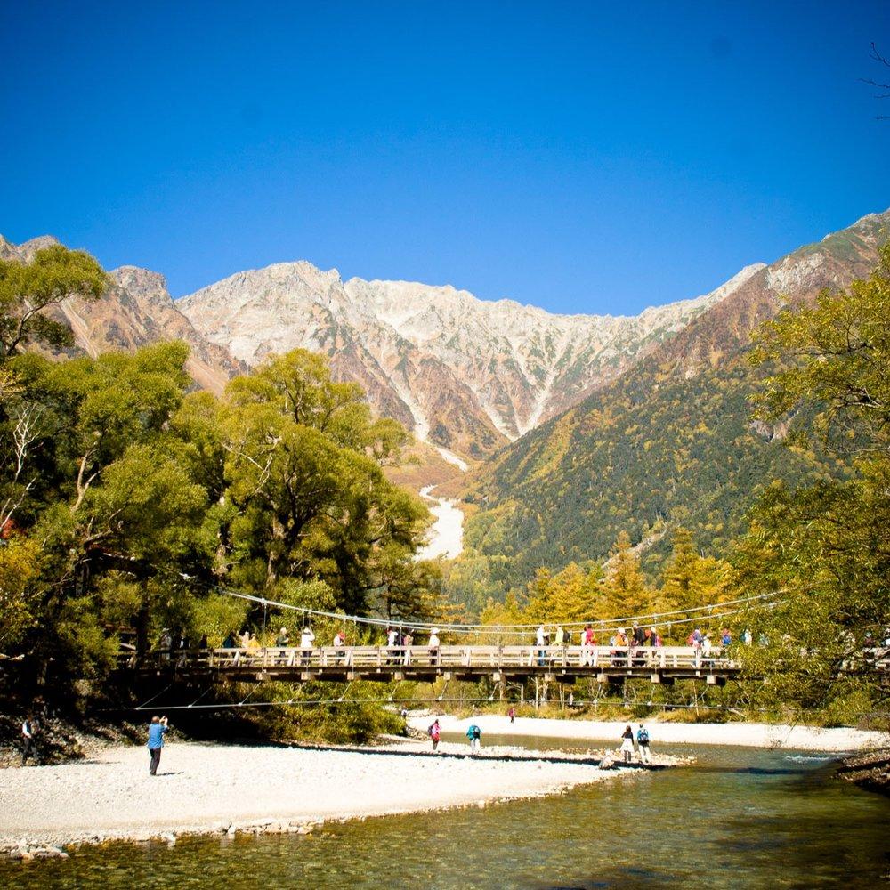 上高地 - 日本アルプスの峰々に囲われた日本を代表する山岳リゾート。多くの人々を魅 了する景勝地は四季折々に美しい表情を見せてくれる。一度は訪れてみたい、まさに別天地!