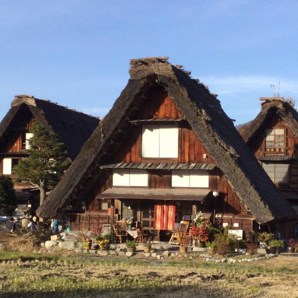 白川郷合掌集落 - 114棟もの合掌造り家屋が現存する世界文化遺産 白川郷。 豪雪に耐え、かつ主要産物のひとつであった養蚕に利用するために造られた日本の山間の村ならではの家屋だ。