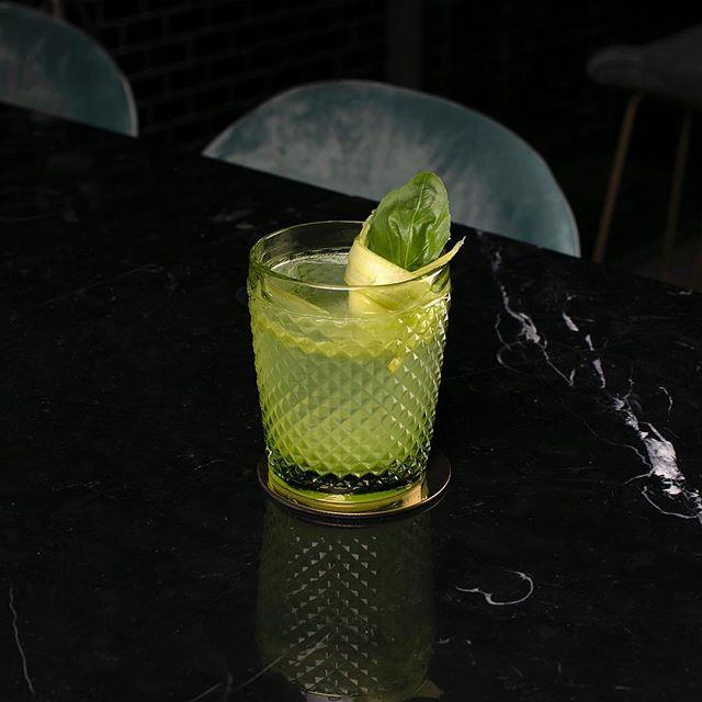 Fifty Shades of Green • • • • • #cyrsainthenri #cyr #pickmeup  #fiftyshadesofgreen #cocktail #montreal #mtlbar #tuesday #mtlrestaurant #restaurant #icebar #mtlmoments #speakeasy #gin #bergamot #celery #sainthenri #bardequartier