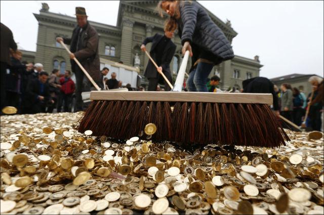 a_money_lined_street_in_switzerland_640_03.jpg