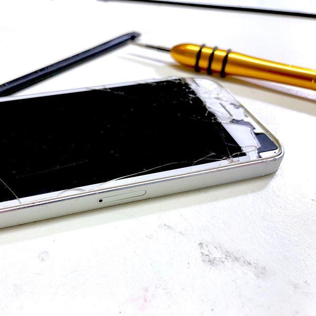 iPhone 5s mit defektem Display und aufgeblähtem Akku. In einer nur Stunde repariert  #iphone #reparatur #iphonereparatur #heidelberg #heidelbergaltstadt #altstadtheidelberg #unterestrasseheidelberg #iphonedocheidelberg #iphone5sakku #iphone5sakkureparatur #iphone5sreparatur #schnellereparatur #fixtheiphone #akkutausch #iphone5sdisplaytausch