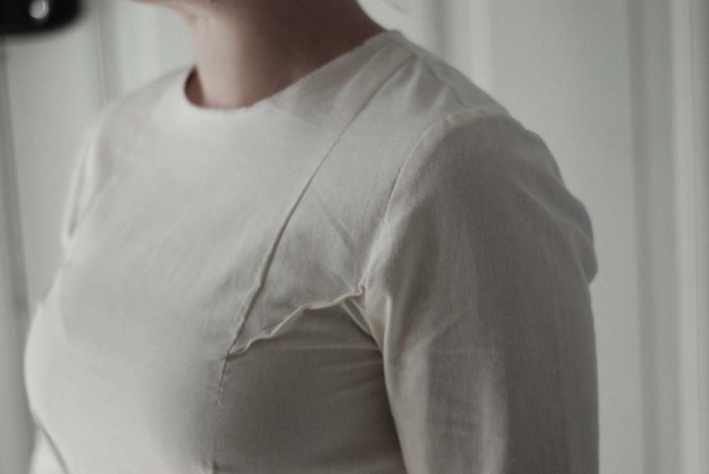 En tilretning ved brystet. Denne får mig tl at se smallere ud og former mit bryst pænere