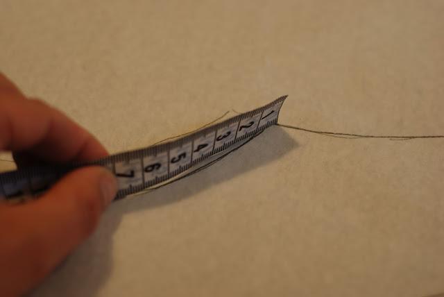 2. Mål ansigts åbningen så du ved hvor lang kantebåndet skal være. Denne er 41 cm. men da huen skal sidde til skal der trækkes 10-15% fra dette mål, derfor klipper jeg kantebåndet 35 cm.