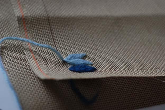 jeg prøver mit mønster af for at se om den tråd jeg har valgt at arbejde med, kommer til at ligge tæt nok, så man ikke kan se stoffet igennem når broderiet er færdigt. hvis man arbejder men tykkere tråd kan det være at man kun skal bruge hvert andet hul.