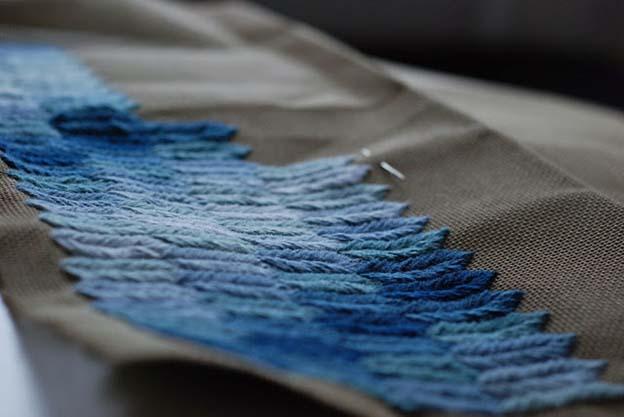 """Jeg har til denne pude valgt at arbejde med mange nuancer, så derfor arbejder jeg med det """"rigtige"""" uld broderi garn. Jeg har tidligere lavet en ensfarvet og der brugte jeg almindelig uld strikke garn. til pint 5."""