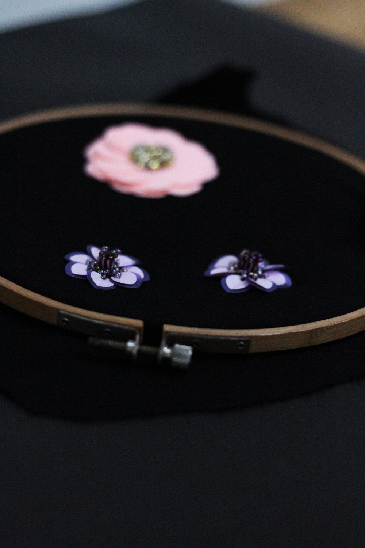 FARVERIG FLORA - Tredimensional perle og paillet broderi