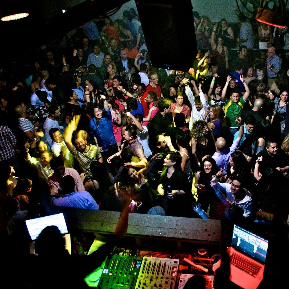 03—KLUBI- JA BAARIÕHTUD - DJ Panos on töötanud Kreeka tipp ööklubides ja baarides, mida leiab Wallpaperist, lukshotellides ning kuumimates pulmapaikades Santorini ja Mykonose saartel - tema juba teab, kuidas peoõhtu käima saada.