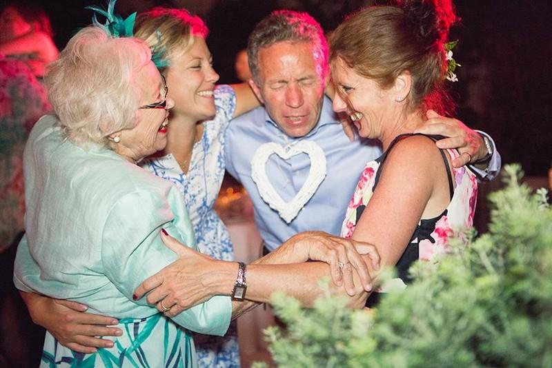 Erinevast põlvkonnast külalised tantsimas