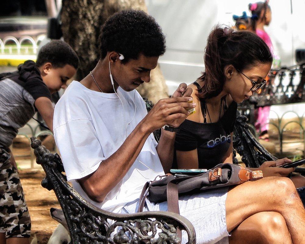 Cubanos conectados en parques wifi.