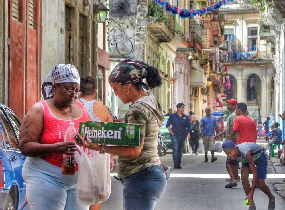 Cubanos en las calles.