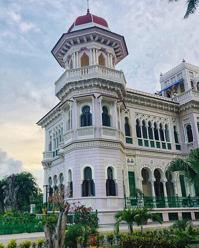 """Tratando de capturar lo mejor de Cienfuegos me encontré con el """"Palacio del Valle"""", uno de esas tantas joyas de la ciudad donde revives el esplendor que una vez fue suyo. // 📩 Contáctame para tours personalizados por toda 🇨🇺"""